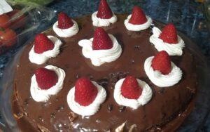 Шоколадова торта с ягоди