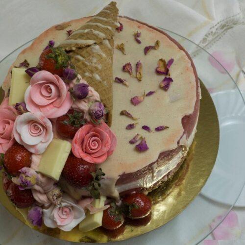 Торта-йогурт с ягоди и рози