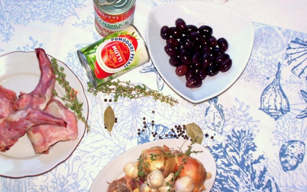 Заешко месо с доматен сос и маслини