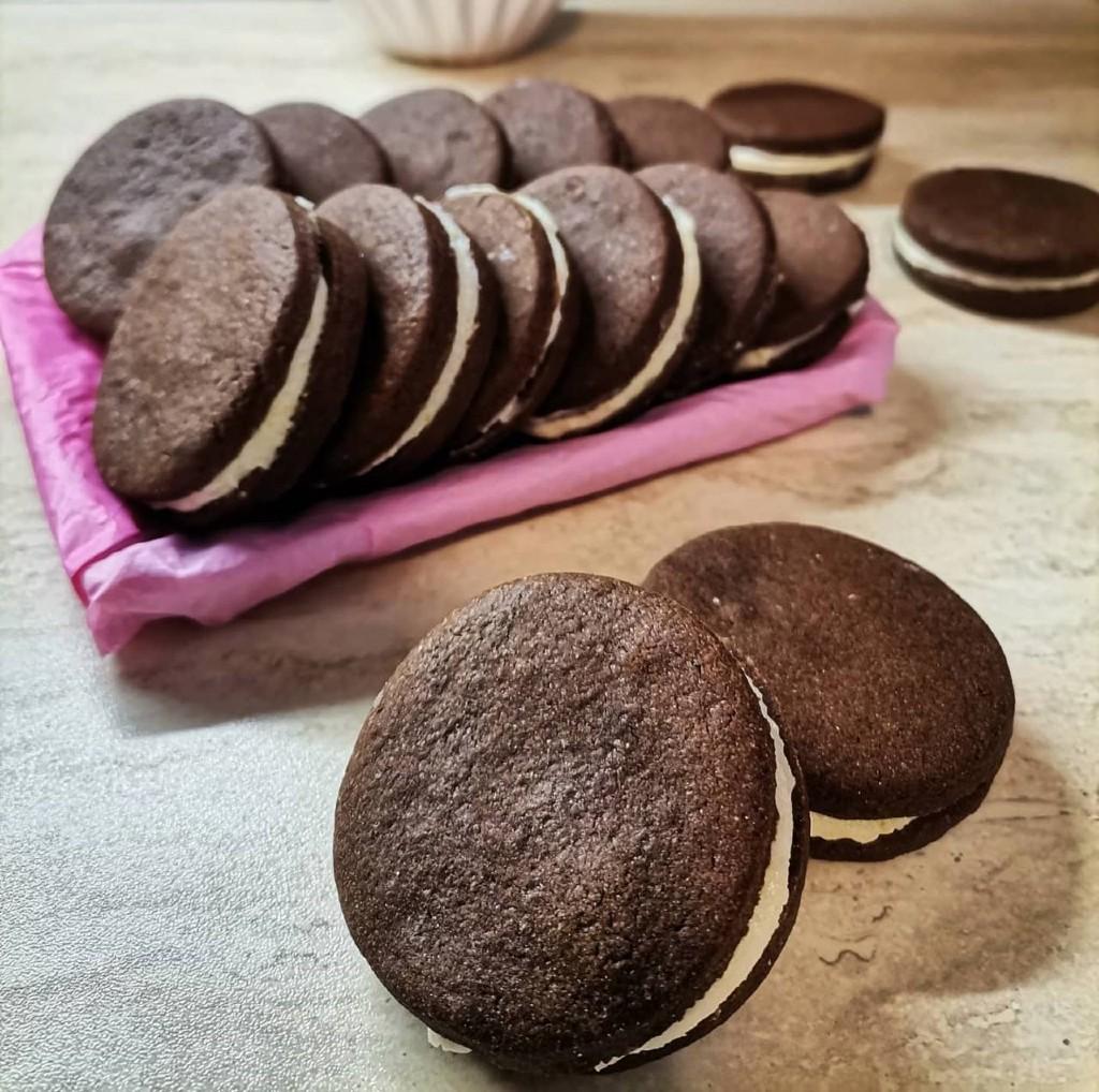 Домашни шоколадови бисквити с маслен крем и лимонови корички