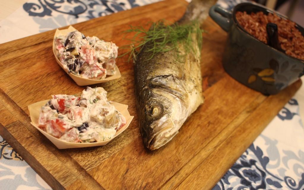 Цяла риба на фурна с два вида топла гарнитура